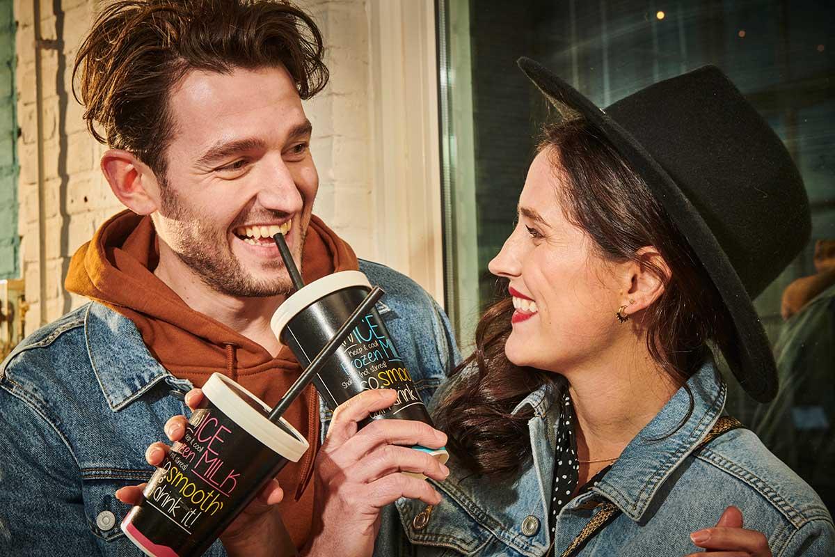 Nieuw in Nederland kartonnen milkshakebeker met X-slot aan de zijkant